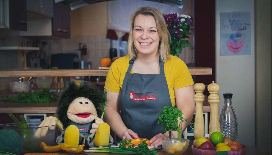 Sabrina und Wikomi beim Gemüse schnippeln