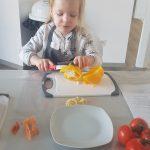 Konzentration beim Paprika schnippeln