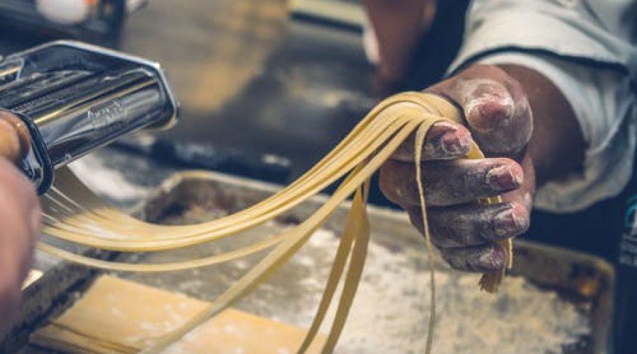 Selbstgemachte Pasta mit Pesto