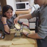 Kinder und Nudelmaschine