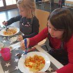 Kinder essen Nudeln