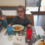 Kind lässt sich selbstgemachtes Essen schmecken
