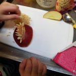 Vorbereitung der Gesichter aus Äpfeln